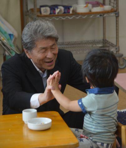 ▲7月20日、鳥越氏は世田谷区の保育園を視察した