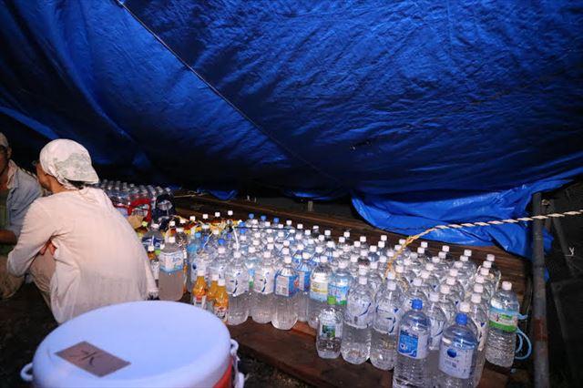 ▲テントに全国から差し入れられた飲料水