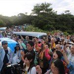 ▲「沖縄を返せ」を合唱し、ガンバロー三唱で集会終了。山城博治氏によると、早朝にも関わらず500名もの市民が集まったという。