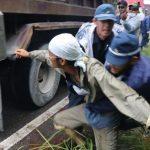 ▲車から降りて抗議する市民を力づくで制止する機動隊員