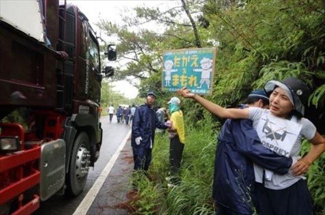 ▲「たかえをまもれ」。抗議する市民を容赦なく排除する機動隊