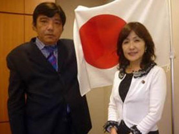 ▲「国家社会主義日本労働者党」の山田一成氏(左)と稲田朋美氏(右)