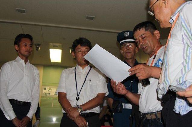▲都の職員に対して要請書を読み上げる中澤誠氏