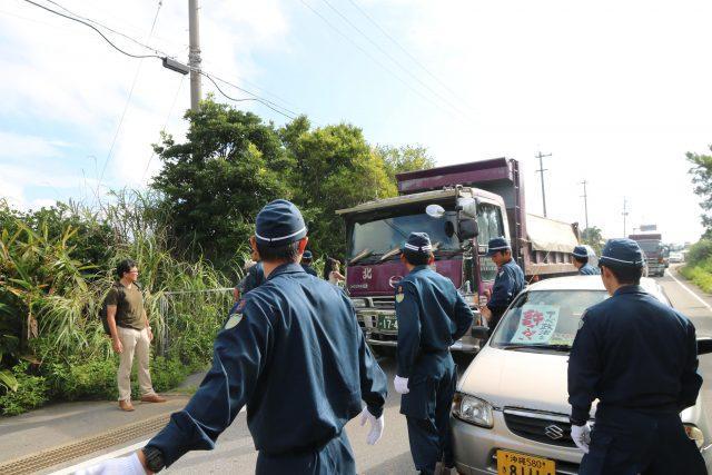 ▲資材搬入のダンプカーを護衛する全国各地の機動隊