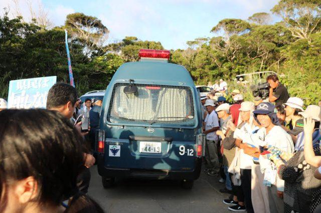 ▲市民の要望に応え、テント前を去る機動隊車両