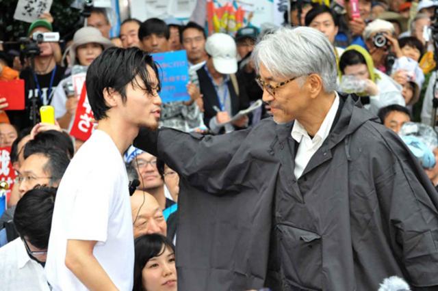 ▲奥田愛基さん(写真=2015年8月30日、国会前 右:音楽家・坂本龍一氏)