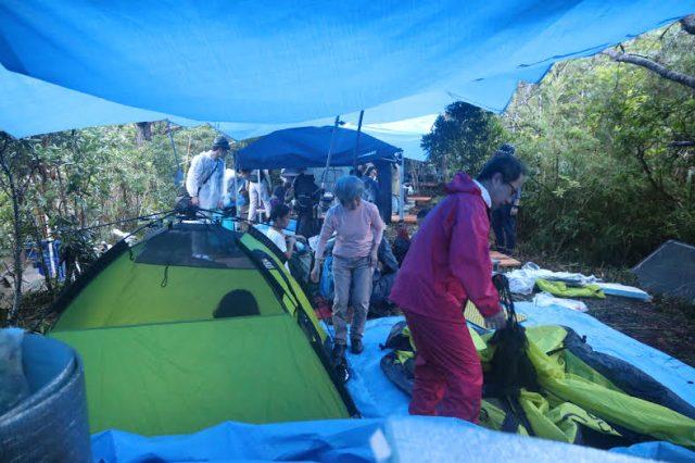 ▲N1裏テントの中にテントを張って夜を過ごした市民たち