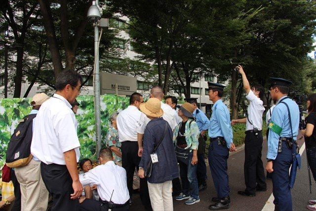 ▲バリケード前で座り込みを行う市民たちを排除する警察官ら