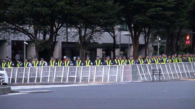 ▲テントに近づけないよう、交差点で歩行者への規制がかかっている。彼らは全員、民間の警備会社だという。