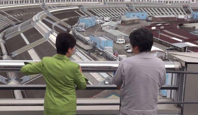 ▲「わあ、すごい」――屋上から築地市場全体を見下ろす小池知事