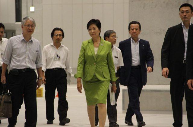 ▲豊洲新市場を視察する小池知事百合子知事