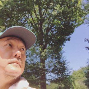 ▲ 「緑のオアシス。自撮り。蝉しぐれがここはまだまだ凄い。溢れる生命力、浴びて、歩く力、働く力、生きる力、戦う力をもらう」(岩上さんインスタグラムより引用)