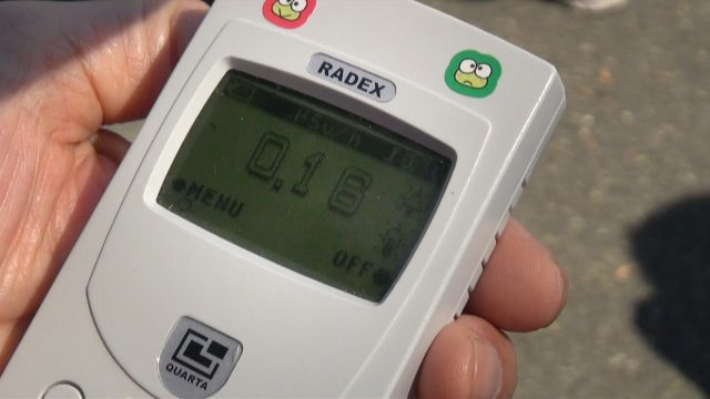 ▲再稼働後、ゲート前で放射線量計は毎時0.16マイクロシーベルトを示した