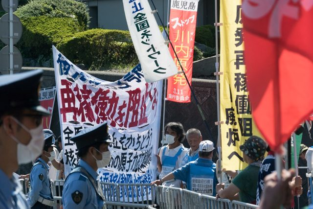 ▲再稼働後も抗議参加者は増え続けた。午前10時、主催者により全国から集まった市民は約150人と発表された