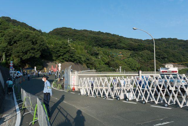▲ 機動隊によって厳重に封鎖された伊方原子力発電所ゲート