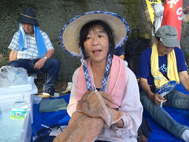 ▲「八幡浜・原発から子どもを守る女の会」のサポーターだという新居浜市に住む女性