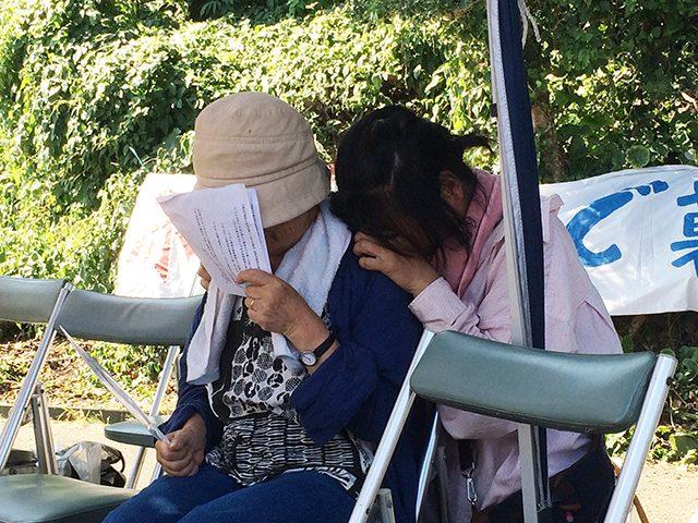 ▲再稼働の発表を受けて泣き出す「八幡浜・原発から子どもを守る女の会」代表・斉間淳子さん