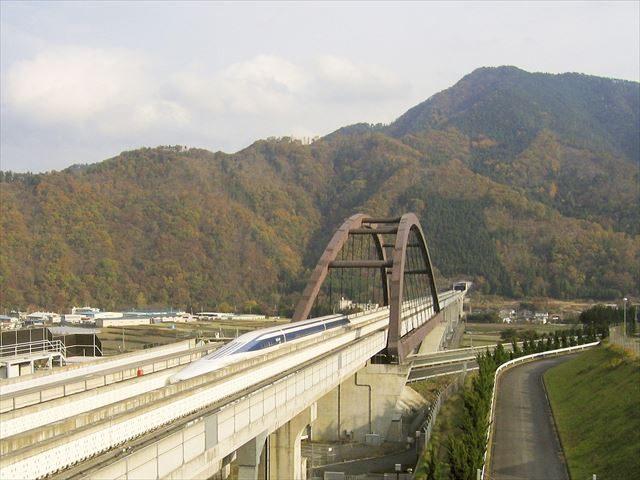 ▲山梨リニア実験線 中央自動車道富士吉田線を横断する小形山架道橋(ウィキペディアより)。