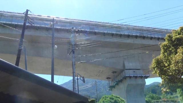 ▲農家の真上を通るリニア実験線の高架