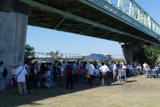 ▲300人ほどが集まった荒川河川敷での追悼式