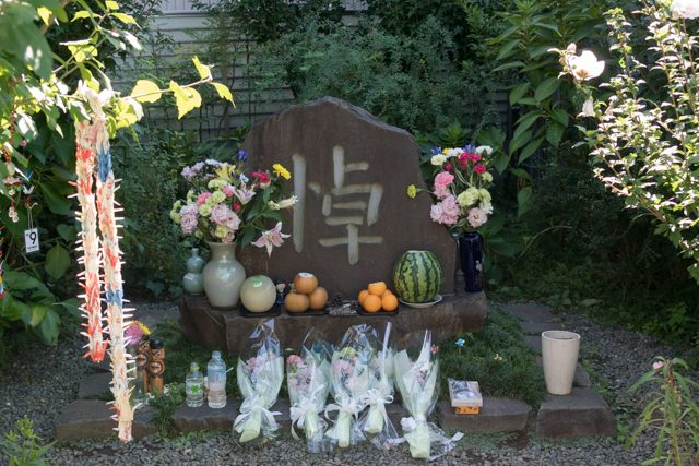 ▲2009年に「ほうせんかの家」に建てられた追悼碑