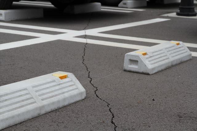 ▲病院の駐車場。地割れを起こしている。