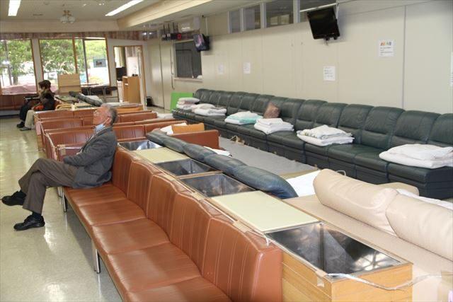 ▲病院の1階ロビーの様子。余震の恐怖を感じている患者たちが、ここで夜を過ごしている。地元住民の避難先としても開放されている。