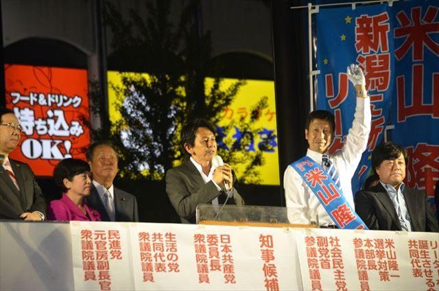 ▲米山候補の応援を行う民進党・松野頼久議員