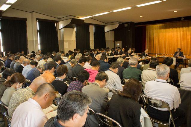 ▲築地講堂には100人を超える傍聴者が詰めかけた