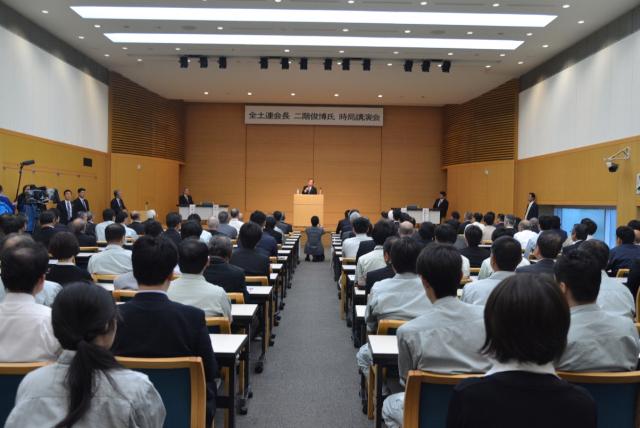 ▲新潟市内の土改連ビルでの時局演説会にのぞむ二階幹事長