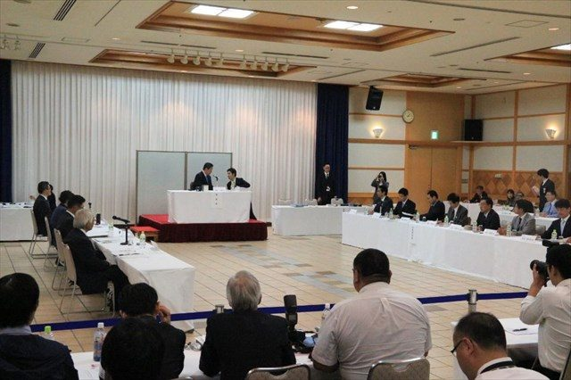 ▲宮崎県高千穂町で行われた地方公聴会の様子。左側が公述人