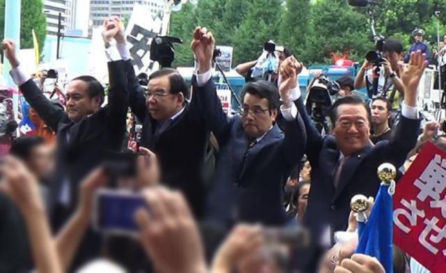 ▲共闘をアピールする野党4党の党首(2015年8月30日国会前)