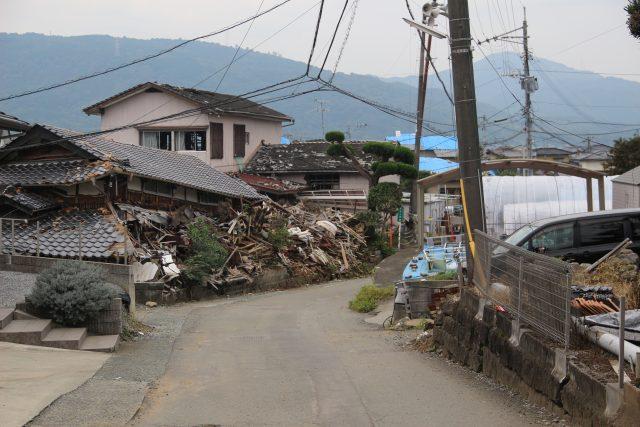 ▲益城町の様子(2016年10月31日撮影)。2016年4月の地震で倒壊した家屋の多くが、まだそのままの姿で残っている。