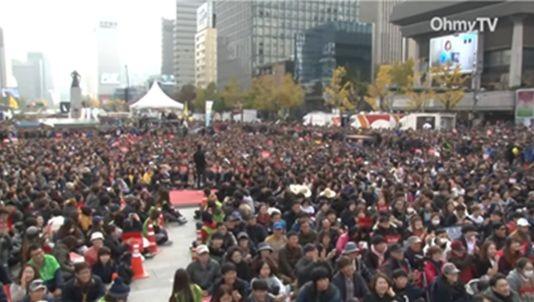 ▲OhmyTV「パッチャン 朴槿恵退陣催促特別放送」。光化門広場を北側から南側に臨む。後ろに見えるのは李舜臣将軍の銅像
