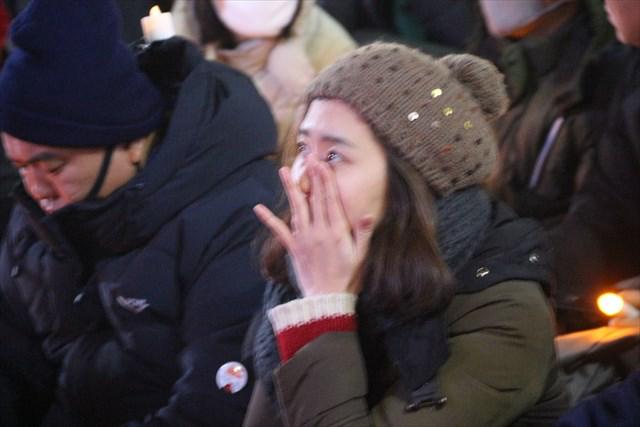 ▲2014年4月16日に発生したセウォル号沈没事故について、犠牲者遺族の声や政府の責任を問う映像が流されると、涙を流す市民も。