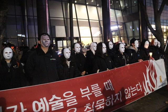 ▲韓国の芸大生たち。横断幕のメッセージは「時代が芸術を呼ぶ時、芸術は沈黙しない」