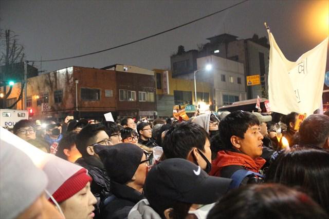 ▲メインステージでの集会が終わった後、韓国の大統領官邸である青瓦台に向かって、行進を始める市民たち。