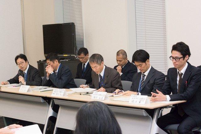 ▲質問に答える原子力規制庁と内閣府の職員