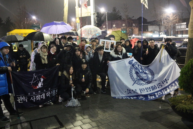 ▲デモ終了後に、記念撮影をする大学生たち。
