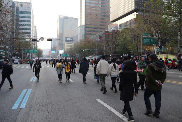 ▲メインの抗議集会が行われる光化門広場へ向かう市民たち。広場付近の国道は開放されている。