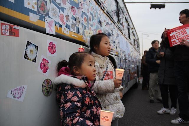 ▲ステッカーが貼られた警察車両の前で記念写真を撮る親子。警察車両にステッカーを貼ること事態、日本では考えられない。そのステッカーも、すべてが攻撃的なものではない。御覧の通り、可愛らしい花柄のステッカーがたくさん。見方によっては、警察車両をデコレーションしているようでもある。