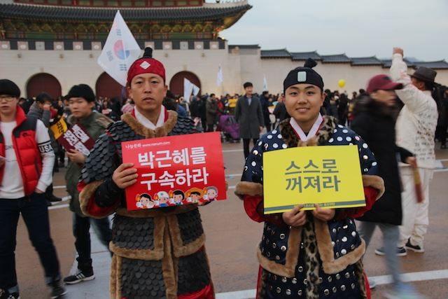 ▲光化門前。韓国時代劇に出てくる兵士の衣装を着た市民。