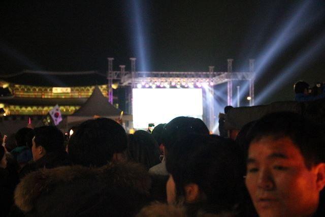 ▲光化門広場の前にメインステージが組まれている。