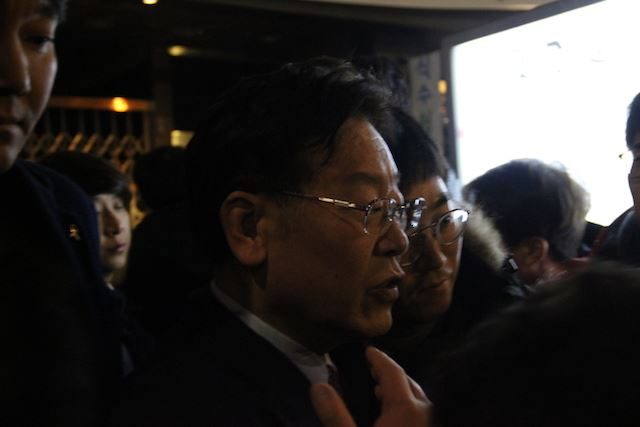 ▲市民たちの中に、次期大統領候補の一人とも言われるイ・ジェミョン城南市長の姿があった。