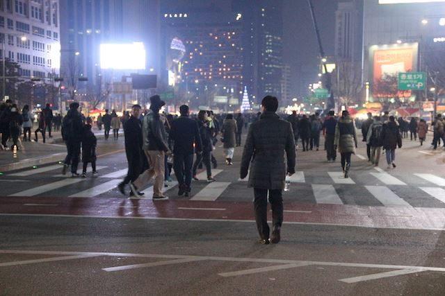 ▲デモを終え、帰路につく市民たち。