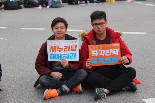 ▲デモに参加するマレーシアの大学生たち。