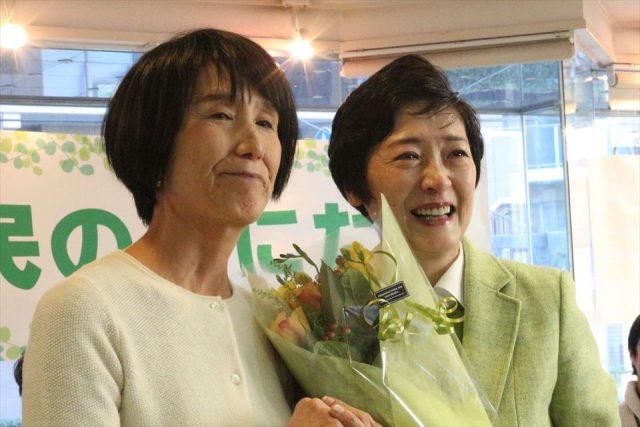 ▲事務所開きで花束を手渡される小川宏美氏(右)