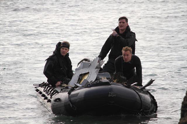 ▲ゴムボートでオスプレイの残骸を拾い集める米兵たち。ゴムボートにはバラバラになったオスプレイの破片が積まれている。
