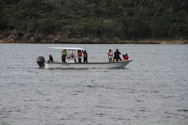 ▲オスプレイ墜落現場付近を通る市民の船。