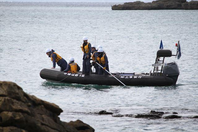 ▲海上保安庁も捜査を開始。しかし、米軍と違い、打ち上げられた大きなオスプレイの残骸には接近しない。何を「捜査」するのだろうか?